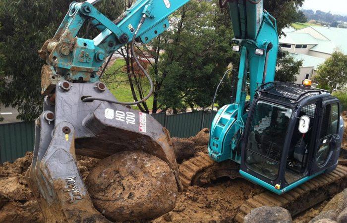 14 Ton Kobelco SK135SR Excavator hire gold coast